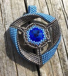 Beaded Jewelry, Handmade Jewelry, Beaded Necklace, Necklaces, Zapatillas Nike Shox, Beaded Crafts, Pendant Earrings, Bead Art, Bead Weaving