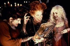 Kathy Najimy, Bette Midler and Sarah Jessica Parker star in Hocus Pocus as the Sanderson sisters, three witches who are brought. Disney Halloween, Top 10 Halloween Movies, Happy Halloween, Halloween Costumes, Halloween Ideas, Halloween Party, Spooky Halloween, Joker Costume, Halloween Series