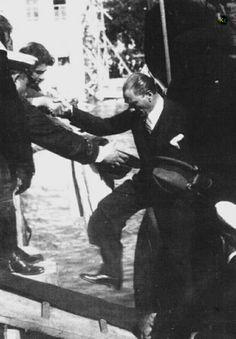 Biz sana Atatürk demişiz, Türk'ün atası, Varmı bundan ötesi, Bundan yücesi, Cihan'ı titreten Türk'ün atası, En kahraman ordunun, En yüce komutanı, Ne mutlu bize, Ne mutlu Türk'e Çok şükür Allah'a, Senin gibi birini, Yolladı bu millete.