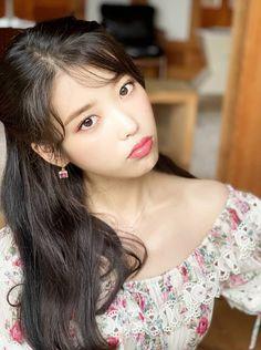 Image may contain: one or more people and closeup Iu Fashion, Korea Fashion, Korean Actresses, Korean Actors, Kpop Girl Groups, Kpop Girls, Iu Twitter, Iu Hair, Korean Celebrities