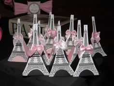 Lembrancinha caixa triangular em papel scrap Acompanha 1 chocolate Alpino e um laço de cetim Disponível na cor que o cliente desejar e a disponibilidade de papel do momento Personalizado no tema Paris R$ 2,33