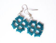 Artículos similares a Pendientes de cordón de Tatted Teal con vidrio perlas joyería turquesa profundo turquesa con motivos cuadrados en Etsy