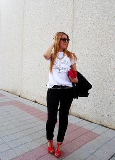 """La blogger de Cashmere Mafia luce un look black & white con detalles en rojo y como protagonista nuestra camiseta """"Red Soles + Champagne"""" de la nueva cole SS14... GUAPÍSIMA!!!  Condigue la tuya aqui: http://www.bellechic.es/product.php?id_product=125"""