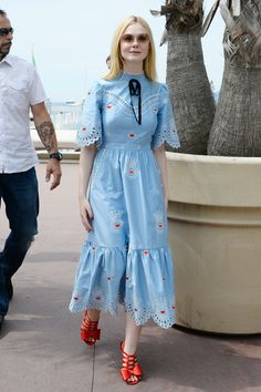 Elle Fanning Puts a Prairie-Chic Spin on French Girl Style at Cannes Style Année 70, French Girl Style, Style Retro, Blue Tea Dresses, Casual Dresses, Summer Dresses, Party Fashion, Girl Fashion, Fashion Outfits