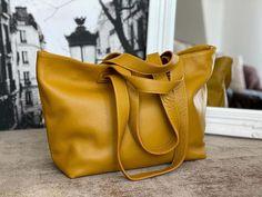 sac-cabas-cuir-graine-jaune (3) Madewell, Tote Bag, Bags, Fashion, Nice Purses, Yellow Leather, Italian Leather, Leather Working, Handbags
