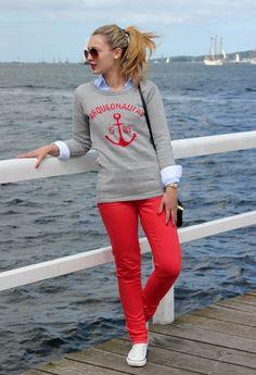 сочетание с красными брюками для прогулки и отдыха