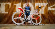 Demandez à un designer de construire le vélo de ses rêves et vous risquez d'obtenir cet incroyable engin. Robert Egger est le directeur...