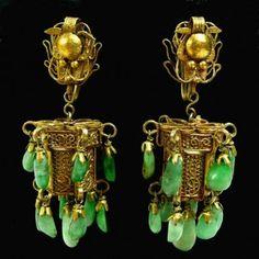 Orecchini cinesi antichi in oro e giada.