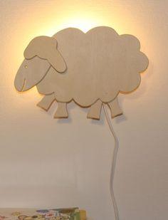 Geweldig houten wandlamp in de vorm van een schaap, een leuk en vrolijk design. De wandlamp schaap is een van de modellen, bekijk de complete serie!