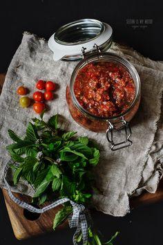 Schnelle Tomaten-Minz-Salsa (mit Sandwichidee)
