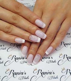 Νυφικά νύχια; Κατ' αρχάς θα πρέπει να βρείτε το νυφικό σας αυτό που θα ταιριάζει απόλυτα στην προσωπικότητα και το στυλ σας.Το φανταστικό νυφικό σας θα σας βοηθήσει να επιλέξετε το χρώμα για τα νύχια σας.