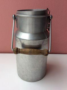 alumiininen maitokannu 50 luvulta puisella kahvalla . korkeus ilman kantta 23cm
