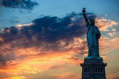 夕暮れの空と自由の女神を撮影した写真壁紙画像