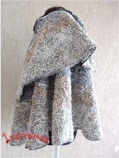 Capa godê duplo com 0,70 m a partir do decote (cobre o braço todo). Tecida em lã de carneiro penteada com tramas de linha de seda e entrelaçamento de fios de lã de novelo, linhas, retalhos, fitas, sianinhas, rendas, etc.