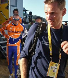 Denmark's Michael Rasmussen (Rabobank) follows his team manager Erik Dekker before exiting the 2007 Tour de France over whereabouts issues.