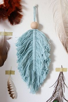 Macramé DIY, super smeared and great as a decoration - . Macrame Art, Macrame Projects, Macrame Jewelry, Crochet Projects, Craft Projects, Diy Accessoires, Diy Candles, Custom Jewelry, Creative