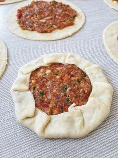 Bouche Cuite Au Four Recette Ouverte Pasta Recipes, Dinner Recipes, Turkish Pizza, Turkish Recipes, Ethnic Recipes, Turkish Kitchen, Open Recipe, Love Eat, Iftar