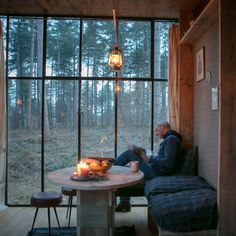 Cosy Cabin in het bos - OrigineelOvernachten Secret House, Tiny House Cabin, Cosy House, Getaway Cabins, Forest House, Window View, Cozy Cabin, House Goals, Log Homes