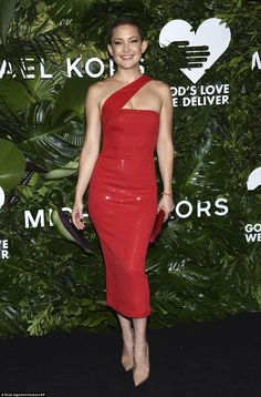 Top of the crops!The short tressed beauty amped up the glamour with a subdued smokey eye while accessorizing with a crimson envelope clutch and pointy, nude pumps
