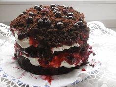 Czekoladowy tort z owocami lata