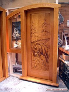 Puerta de madera tallada.