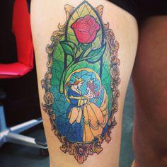 eine unserer ideen für einen märchenhaften rosen tattoo die schöne und das biest eine große rote rose tätowierung mit grünen blättern