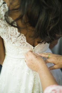Casamento - Wedding - Rio de Janeiro - Niteroi - Raoní Aguiar Fotografia - Navy - Náutico - - Noiva - Vestido - Dress - Fechando o vestido - Making of
