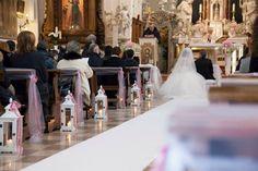 La chiesa addobbata con lanterne e nastri rosa