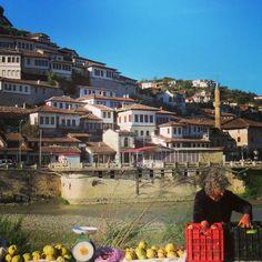 Mercadinho improvisado no fim da tarde em Berat