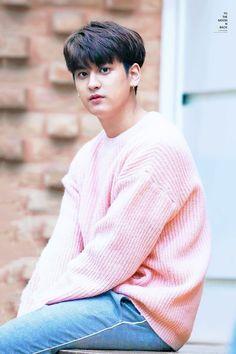 Look at how adorable Chanwoo is 😍 Kim Jinhwan, Chanwoo Ikon, Yg Entertainment, K Pop, Bobby, Sassy Diva, Ikon Member, Jay Song, Ikon Debut