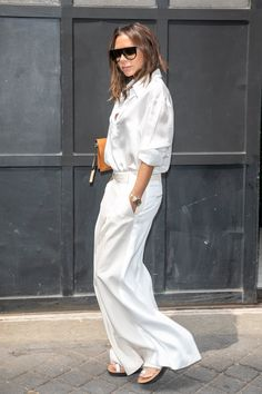 Victoria Beckham Wears White on White In Paris (Le Fashion) - Minimalist Style Mode Victoria Beckham, Victoria Beckham Outfits, Victoria Beckham Fashion, Fashion Mode, Look Fashion, Fashion Outfits, Womens Fashion, Fashion 2018, Fashion Photo