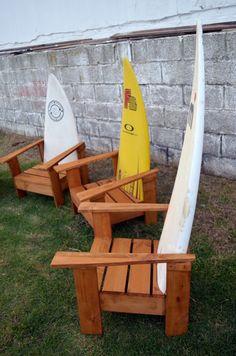 Sillas con masera de palets y tablas de surf restauradas
