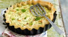 Artichoke and onion tart - Our best savory pies . Zucchini Tarte, Zucchini Quiche, Quiches, Onion Tart, Vegetarian Lunch, Eat Smarter, Apple Pie, Feta, Entrees