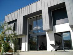 Zinc et métal noir offrent à cette belle maison bordelaise, une architecture contemporaine et un style industriel. Un vide sur séjour et une passerelle aux allures d'oeuvre d'art rendent l'ensemble ... #maisonAPart