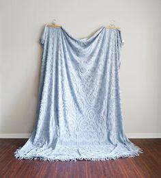 Il sagit dun couvre-lit chenille vintage pour un lit double. Jai deux correspondants disponibles et les deux sont en excellent état ! Si vous