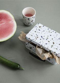 On craque pour cette lunch box au look rétro et cool. Le motif moucheté Terrazzo est très graphique : il apporte une dimension contemporaine à la traditionnelle boîte en fer blanc. Adaptée à un usage alimentaire, elle est parfaite pour transporter votre casse-croûte au travail, en pique-nique… Très élégante, cette boîte s'expose aussi dans la cuisine pour accueillir du sucre, des gâteaux, des dosettes de café, du thé… #terrazzo #granito #lunchbox