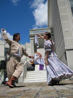 """""""""""CULTURA ARGENTINA"""""""" baile tradicional, esta es La Zamba, se baila con pañuelos, y es la seduccion que le hace la china al gaucho"""