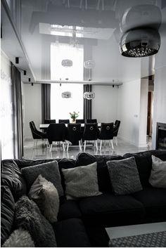 Czy szary salon musi kojarzyć się z nudą i smutkiem? 🤔 Absolutnie nie! Szary kolor staje się coraz bardziej popularny za sprawą jego uniwersalności oraz dużych możliwości aranżacyjnych. Dzięki odpowiednio dobranym kolorom lub dodatkom, pomieszczenie w odcieniach szarości może być eleganckim i przytulnym wnętrzem. Nasz sufit napinany sprawdza się w takich przestrzeniach idealnie 👏 Furniture Ideas, Ceiling, Home, House Design, Ceilings, Ad Home, Homes, Haus, Trey Ceiling