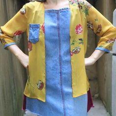 Kimono floral com detalhes em jeans, lindo, leve e solto! perfeito para acompanhar o sol.  Kimono em crepe estampado e detalhes em jeans, obtido através do processo de confecção upcycling. Peça única da micro coleção 11 MIL LITROS DE ÁGUA POR CALÇA JEANS, que reutiliza principalmente pernas de calças jeans dos anos 80. Kimono Floral, Skirts, Vintage, Fashion, 1980s, Legs, Sun, Block Prints, Moda
