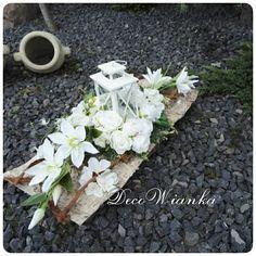 Proponujemy niepowtarzalne i oryginalne dekoracje nagrobne niejednokrotnie różniące się od typowych wyrobów z pracowni Decowianka.pl . Dekoracje nagrobne wykonane z bardzo dobrej jakości kwiatów sztucznych. Na życzenie możemy stworzyć podobne dekoracje według Państwa inwencji twórczej. How To Preserve Flowers, In Loving Memory, Funeral, Flower Arrangements, Diy And Crafts, Table Decorations, Plants, Gardens, Garden