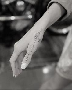 Eye-Catching Hand Tattoo Designs For Women * 2020 - Elegant Life