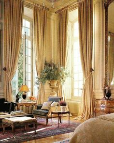 Französisches Schlafzimmer hohe Decke Urne Dekor Porvincial Louis Queen Anne Stuhl Moulding - make up - dekoration Beautiful Bedrooms, Beautiful Interiors, Tall Windows, Ceiling Windows, Traditional Bedroom, Traditional Furniture, Decoration Design, My New Room, Great Rooms