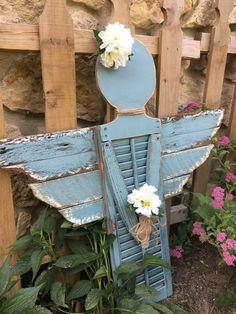 Shutter angel made with a small household shutter. Small Shutters, Rustic Shutters, Diy Shutters, Farmhouse Shutters, Repurposed Shutters, Garden Yard Ideas, Garden Crafts, Diy Garden Decor, Garden Projects