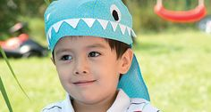 Junge mit Bandana in Hai-Form