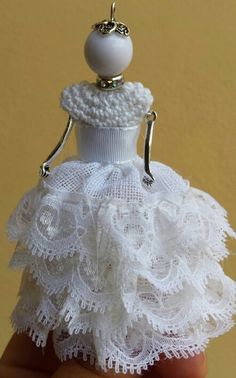 Collana Bambolina vestita da sposa. .