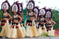 Those headdresses Polynesian Dance, Polynesian Tattoo Designs, Polynesian Culture, Hawaiian Costume, Islas Cook, Tahitian Costumes, Tahitian Dance, Hula Dance, Islands In The Pacific