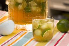 Punch di caipirinha con lime e melone Diet Drinks, Smoothie Drinks, Yummy Drinks, Yummy Food, Beverages, Mojito Drink, Pitcher Of Margaritas, Classic Margarita Recipe, Margarita Recipes