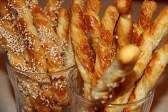Çok pratik ve kısa sürede hazırlanabilen milföylü susamlı çubuklar hem lezzetli hem de harika bir ikramdır. Milföylü Susamlı Çubukların Malzemeleri; • 5-6 adet kare milföy hamuru • 1 adet yumurta (akını kullanılacak) • 2-3 yemek kaşığı susam • 1-2 yemek kaşığı un
