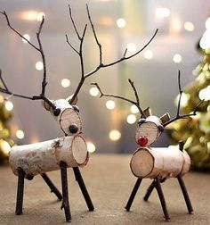 Rustic and natural Christmas decorations. - Home Decor Ideas Wood Reindeer, Reindeer Craft, Reindeer Decorations, Diy Christmas Decorations Easy, Reindeer Ornaments, Christmas Projects, Christmas Diy, Christmas Crafts, Christmas Ornaments