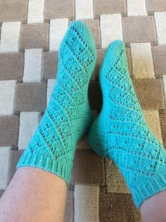 Ruutupitsisukat Rotvallista, mallissa on 2 erilaista kavennusta. Knitting Socks, Knitting Ideas, Fashion, Hosiery, Sock Knitting, Knit Socks, Moda, Fasion, Fashion Illustrations